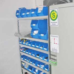 Kanbansammelbox A6 neben einem Regal mit Materialien