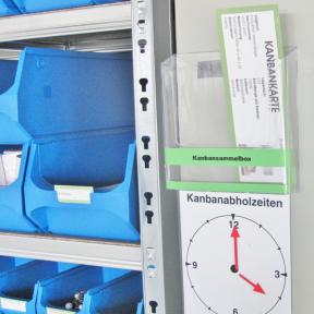 Kanbansammelbox A5 neben einem Regal mit Materialien