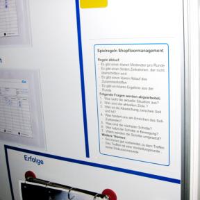 Magnettafel A4 hängt an einem Whiteboard