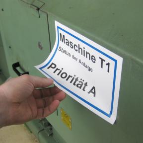 Das Anlagenetikett A5 kann auf einzelne Abschnitte der Maschine einfach aufgeklebt werden
