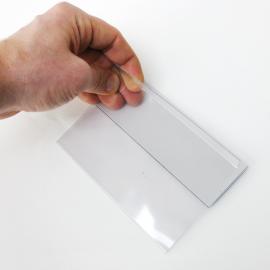 Kartenhalter Mag A6 wird in der Hand gehalten