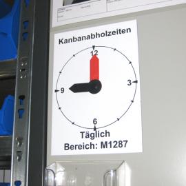 Uhrzeitanzeige Ferro wird einfach auf einem Schrank neben dem Kanbanregal angebracht