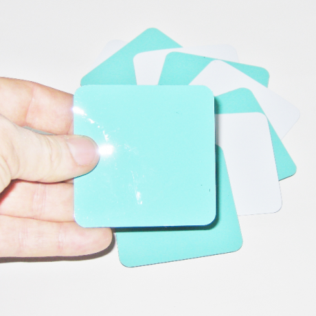 Hand hält Magnetkarten