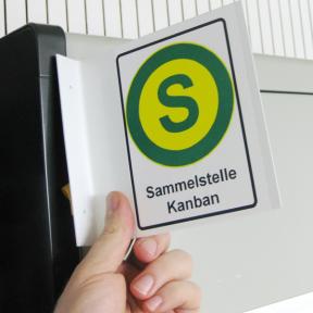 Visual Fahnenschild S wird mit Hand an dem Kanbanbüromittelschrank angebracht