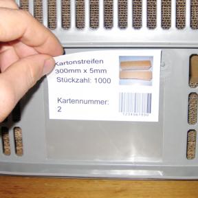 Kanbankarte wird an den Kanbanhalter Kleb 112x80 E angebracht
