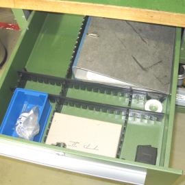 Mit Hilfe des Schubladenteiler S einfach die Schubladen im Rahmen der 5S Methode selbst unterteilen