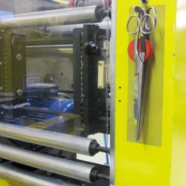 Mit Hilfe des magnetischen Werkzeughalter MagS wird eine Schere direkt an der Maschine befestigt