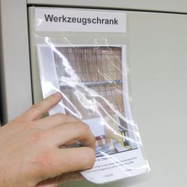 Infopunkttasche A5 ist selbstklebend und kann auf allen sauberen Flächen angebracht werden