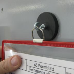 Mit dem Haken Mag Robust können Hängesichttafeln einfach auf eisenhaltigen Oberflächen befestigt werden