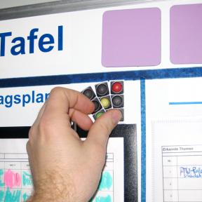 Die Statusampel Mini kann mit Hand je nach Status umgestellt werden