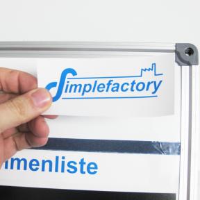 Shopfloor Logoetikett kann einfach auf jede Shopfloortafel aufgeklebt werden