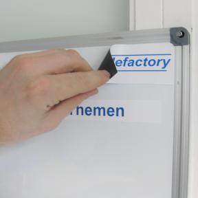 Das Shopfloor Logo Mag kann mit Logo einfach auf einem Whiteboard angebracht werden