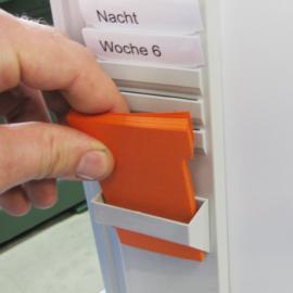 T-Karten 60 wird von Hand in den T-Kartenhalter gesteckt