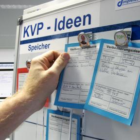 Klemme Mag M wird mit einer Verbesserungskarte an der KVP Tafel angebracht
