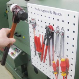 Von der Werkzeugtafel S wird ein Hammer von Hand genommen