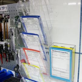 Die Kartenhängebox A6 10x ist an der TPM Tafel für die Ablage von Mängelkarten angebracht
