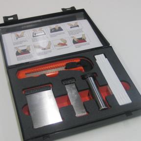 Offener Koffer mit Schneidwerkzeugen