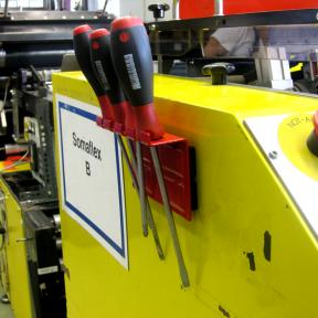 Der Werkzeughalter 4x Mag wird magnetisch direkt an der Anlage befestigt