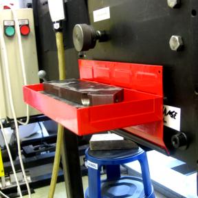 Kleinteile mit der Werkzeugbox Mag L in Griffreichweite ablegen