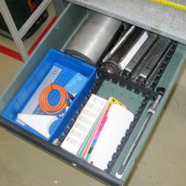 Mit dem Schubladenteiler M im Rahmen der 5S Methode die Schubladen strukturiert unterteilen