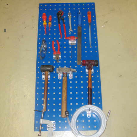 Werkzeugtafel M ist ein Set mit einer Lochplatte und einem Set von Werkzeughaltern