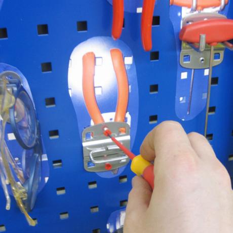 Die Werkzeughalter können einfach auf der Lochplatte festgeschraubt werden