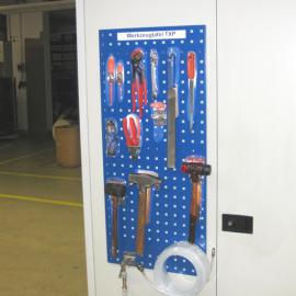 Werkzeugtafel M hängt am Schrank mit Werkzeugen