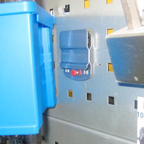 Mit dem Boxhalter LWS können geeignete Sichtlagerboxen an der Werkzeugatfel befestigt werden