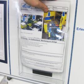 In den Kartenspendebox A4 wird eine Arbeitsanweisung eingesteckt