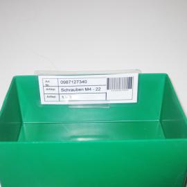 Kanbankarte wird mit Hilfe des Karten-Inboxhalters S in der Sichtlagerbox eingesteckt