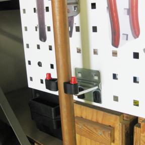 Werkzeughalter Stiel S ist ein stabiler Halter für Lochplatten