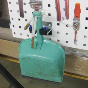 Mit Hilfe des Werkzeughalters Stiel M wird eine Kehrblech an der Werkzeugtafel befestigt