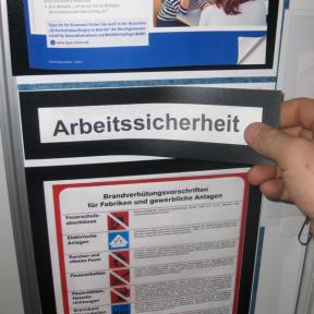 Eine Überschrift wird mit dem Titelhalter A5 Mag an der Shopfloortafel angebracht