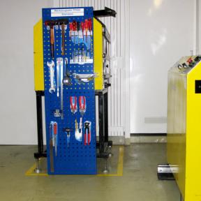 Werkzeugtafel L mit Werkzeughaltern und Werkzeugen direkt an der Anlage