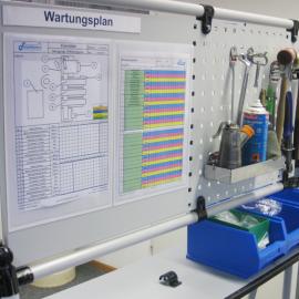 Lochplatte M QS ist bestückt mit Magnetrahmen und Werkzeugen zur Wartung