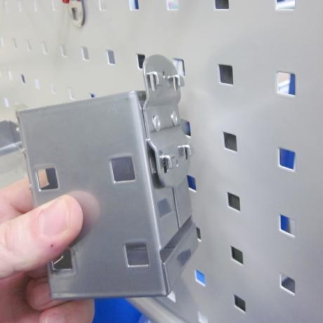 Der Kartenköcher LWS eignet sich für den Einsatz an Lochblechen
