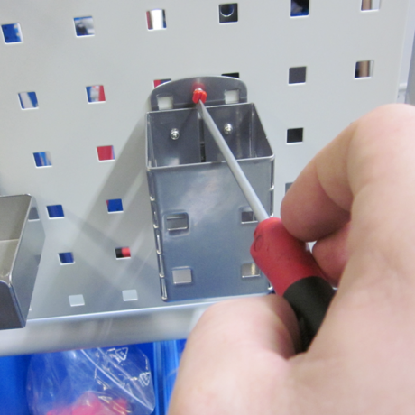 Der Kartenköcher LWS wird einfach mit einer Kunststoffschraube an der Lochplatte fixiert