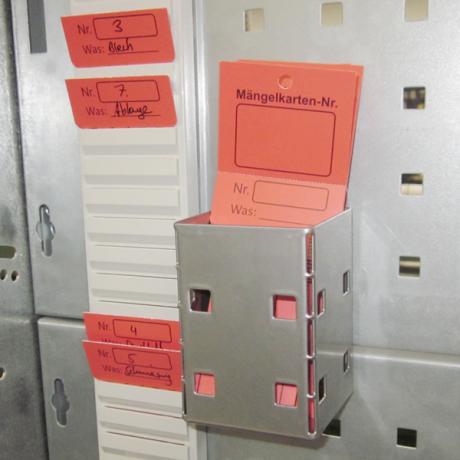 Mit Hilfe des Kartenköchers LWS können Mängelkarten an der Werkzeugtafel angebracht werden