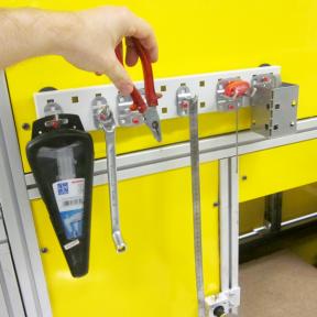 Lochplatte Mini 46 ist an der Maschine mit Werkzeughaltern und Werkzeug
