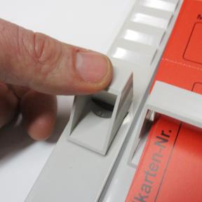 T-Kartenhalter 30 wird von Hand in die T-Kartenschiene eingeclipst