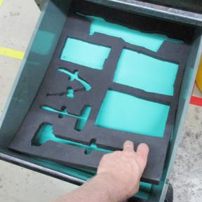 Hand nimmt Schaumstoff aus Schublade