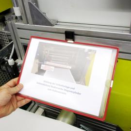 Infohalter A4 Aluprofil ist mit Hand abnehmbar, so dass Arbeitsanweisungen stets leicht zugänglich sind