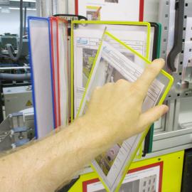 Die einzelnen Sichttaschen können einfach von Hand aus dem magnetischen Dokuhalter 10x A4 Flex entnommen werden