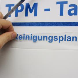 Einfach mit Transferfolie die geplotte Überschriften am Whiteboard anbringen