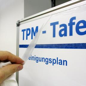 Einfaches Anbringen der Überschriften Plott M auf dem Whiteboard