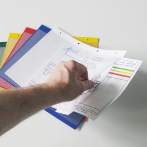 EInstecken von Formblättern in die robuste Ablagetaschen