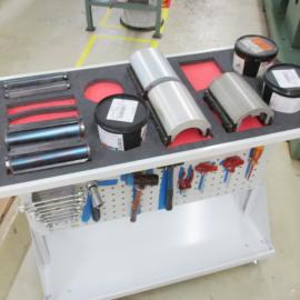 Grundmodul S mit Lochplatten und Ablage und Werkzeugen an der Maschine