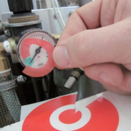 Selbstklebende Etiketten zur nachträglichen Kennzeichnung von Manometer