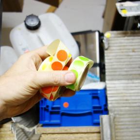 5S Klebepunkte Krepp werden in der Hand vor unnötigen Gegenständen gehalten