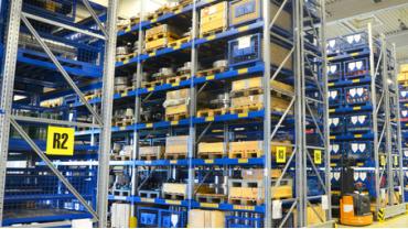 Einblicke in ein Logistikzentrum mit Kanbankarten und Lagerplatzbeschriftungen